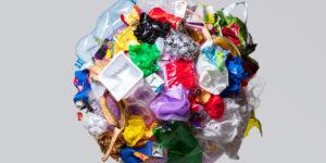 Forme de la Terre constituée de déchets divers