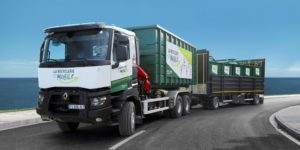 Camion de la recyclerie mobile sur une route.