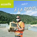 Photo d'un agent de recyclerie masqué