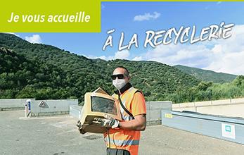 Photo d'un agent de recyclerie masqué