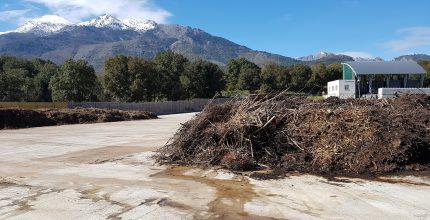 vue de la bioplateforme de Corte avec tas de déchets verts et montagne en fond