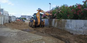 Pelleteuse creusant une tranchée