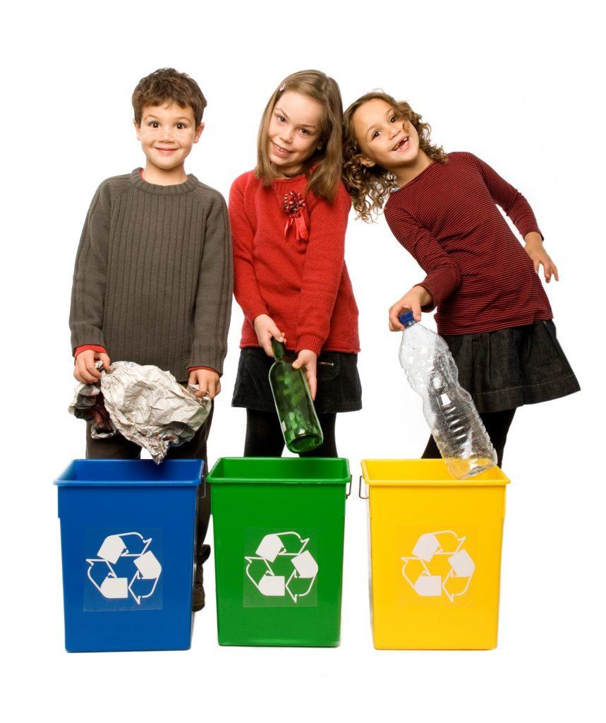 Enfants en train de trier des déchets papier, verre et emballages